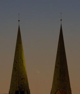 Комета между двумя шпилями церкви Св. Марии в Любеке © Stephan Brügger, 12 марта 2013