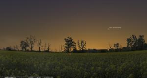 25 марта 2013. Время на снимке: 20.25. Заход Солнца: 19.45. Высота кометы над горизонтом около 15°.