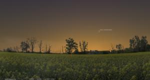 22 марта 2013. Время на снимке: 20.15. Заход Солнца: 19.40. Высота кометы над горизонтом около 15°.