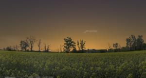 19 марта 2013. Время на снимке: 20.05. Заход Солнца: 19.35. Высота кометы над горизонтом около 14°.
